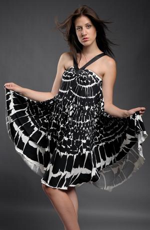 Letní šaty s velkým efektní černobílým vzorem s tiskem do kolového střihu.