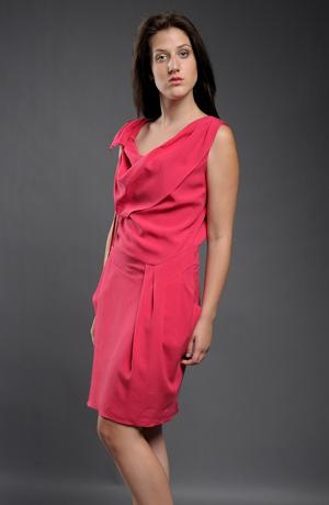 Červené koktejlové šaty nad kolena s efektním řasením.