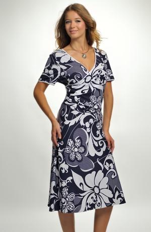 Společenské šaty s výrazným vzorem