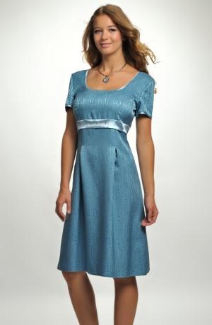 Empírové společenské šaty s rukávky a zdobenou stuhou.