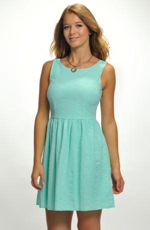 Dívčí šaty na širší ramínka jsou vhodné na svatbu, ale i pro taneční kurzy.
