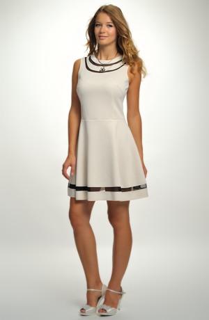 Dívčí krátké šaty v pastelové barvě.