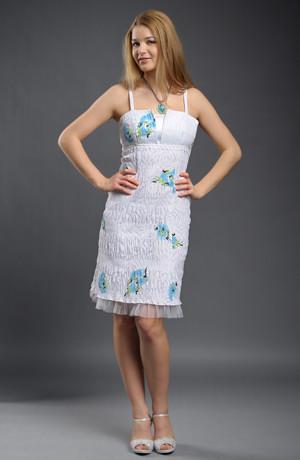 Letní společenské šaty s ozdobnou stuhou