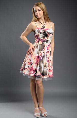Dívčí šaty připomínající 50. léta.