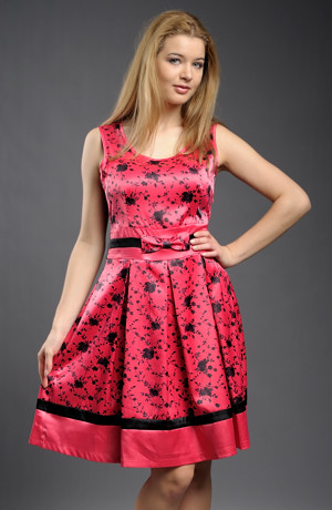 Květované letní šaty se zajímavě členěnou sukní