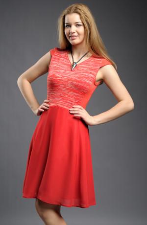 Krátké šaty s pleteným sedlem v červené barvě