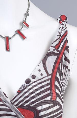 Letní šaty se sedlem řaseným na bok ve velkém grafickém vzoru