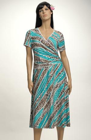 Letní šaty se sedlem řaseným na bok v grafickém vzoru