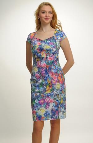 Květované společenské šaty s úzkou sukni