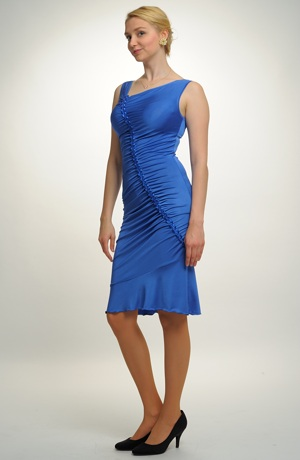 Šaty mají zajímavé asymetrické řasení na předním dílu