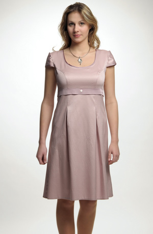 Mladistvé empírové krátké šaty s rukávky a řasenou sukní.