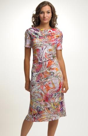 Lehké viskózové letní společenské šaty s módním potiskem