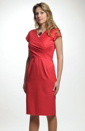 Krátké červéné šaty se sedlem na bok