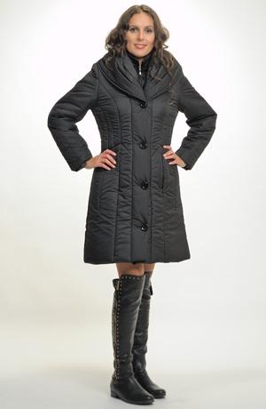 Elegantní mladistvý černý kabát v délce nad kolena