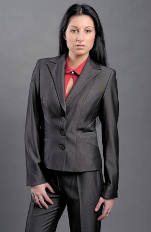 Antracitový módní kalhotový kostým i pro plnoštíhlé.