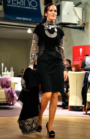 Černá šatová sukně do sedýlka zdobená imitací kůže