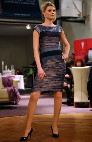 Pletená šatová sukně kombinovaná z pleteniny a imitace kůže