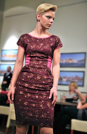 Krátké dámské společenské šaty z krajky jsou kombinované s elastickým saténem