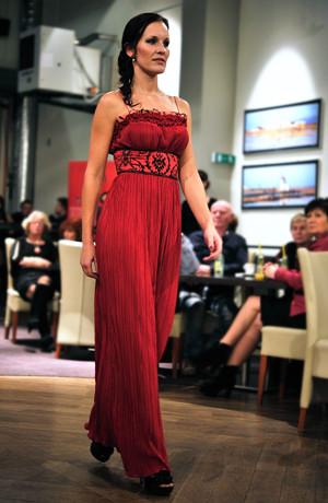 Dlouhé, červené večerní šaty s živůtkem se zajímavým řasením a tenkými ramínky. Vel. 38, 40
