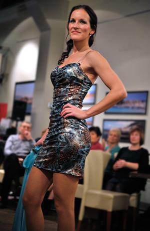 Luxusní plesové šaty z lesklé elastické látky se vzorem, vel. 38, 40.