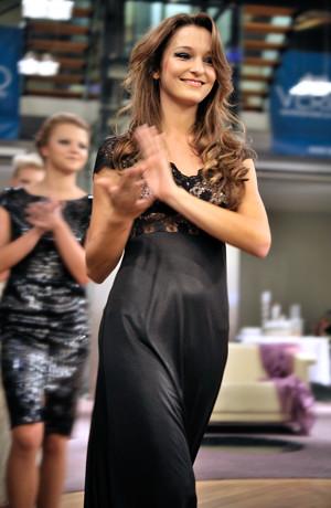Dlouhé společenské saty vhodné na ples s krajkovým živůtkem a šněrováním. Šaty se šijí ve velikostech 36, 38, 40, 42, 44.