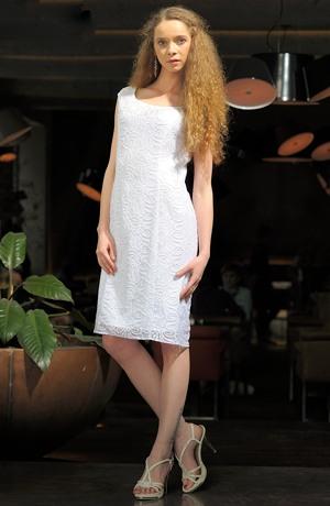 Luxusní krajkové společenské šaty vhodné i jako svatební.