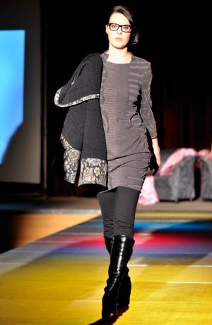 Pletené krátké šaty s módním nabíráním u kapes