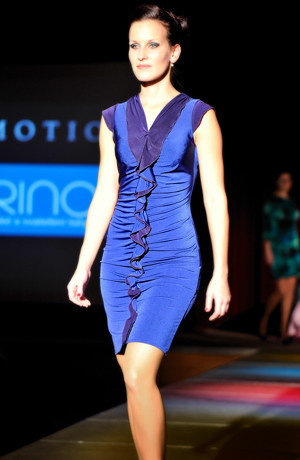 Elegantní společenské šaty s řasením na předním dílu