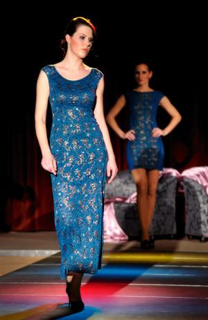 Velmi elegantní plesové šaty z luxusní krajky s potiskem drobných kvítků. Velikost 38, 40, 42, 44