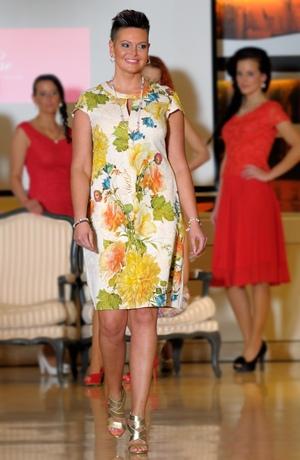 Exkluzivní dámské pouzdrové společenské šaty.