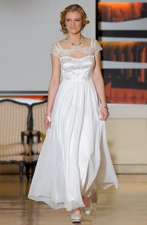 Elegantní dlouhé šaty na svatbu z exkluzivního materiálu.