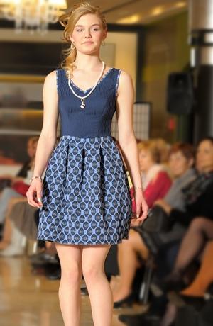 Společenské šaty se zajímavým mladistvým střihem