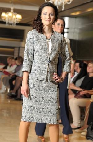 Elegantní kostým pro svatební matky ze zajímavé žakárové látky