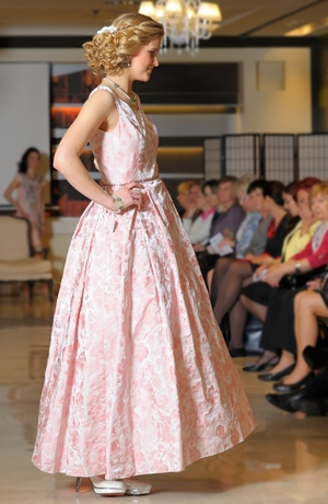 Šaty pleové i svatební s štíhlým pasem a širokou sukní s tylovou spodničkou.