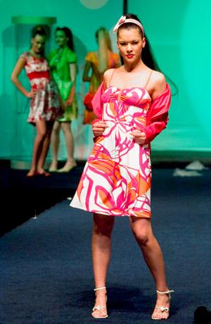 Módní přehlídka krátkých společenských a letních šatů.