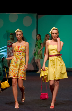 Módní přehlídka nové kolekce společenských šatů Verino.