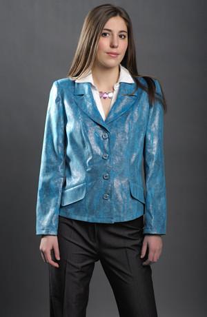 Dámské sako s položenou fazónou z moderního materiálu.