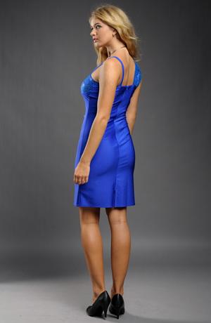Elegantní pouzdrové šaty s efektní krajkou na sedle.