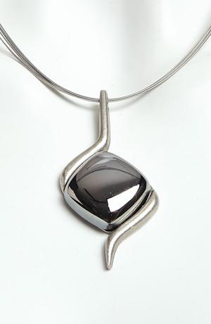Náhrdelník na kovovém lanku blesk hematit