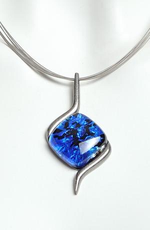 Náhrdelník na kovovém lanku s modrým skleněným kamenem