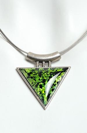 Náhrdelník na kovovém lanku zelený