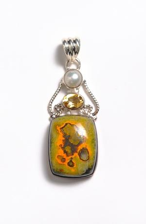 Stříbrný přívěsek na řetízek s perlou a přírodními kameny.