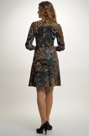 Krátké šaty z jemné pleteniny