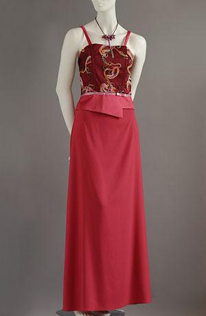 Levný vyšívaný korzet s efektním šůskem a dlouhou áčkovou sukní.