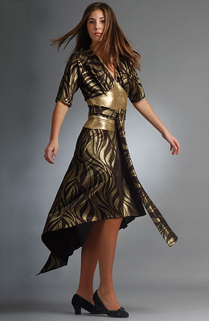 Extravagantní společenské šaty s netopýřími rukávy a se zlatým vysokým pasem