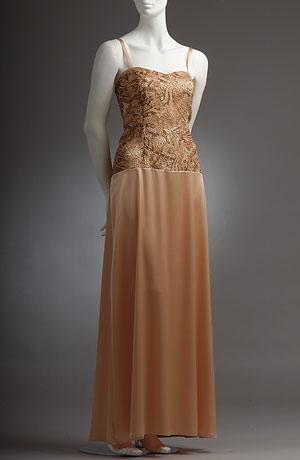 Korzetové šaty s prodlouženým živůtkem potaženým krajkou.