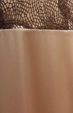 Korzetové plesové šaty s prodlouženým živůtkem potaženým krajkou, mírně rozšířená sukně, sedlo lemované stuhou. Zapínání vzadu na zip.