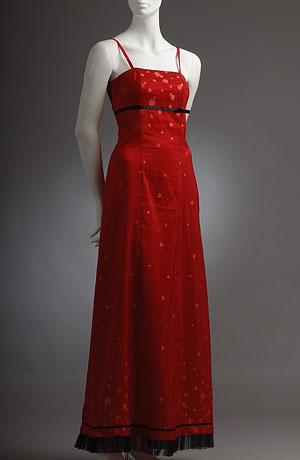 Červené princesové šaty a u dolního lemu zdobené stuhou a tylem.