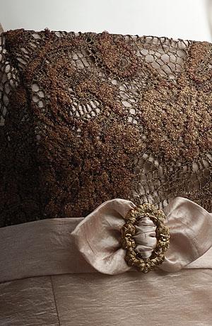Princesové šaty na raminka, sedýlko potažené krajkou, pod prsy stuha s krajkovou mašličkou a se zlatou sponou. Vzadu šněrování