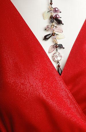 Společenské šaty v lady délce, živůtek se spadenými rukávky.